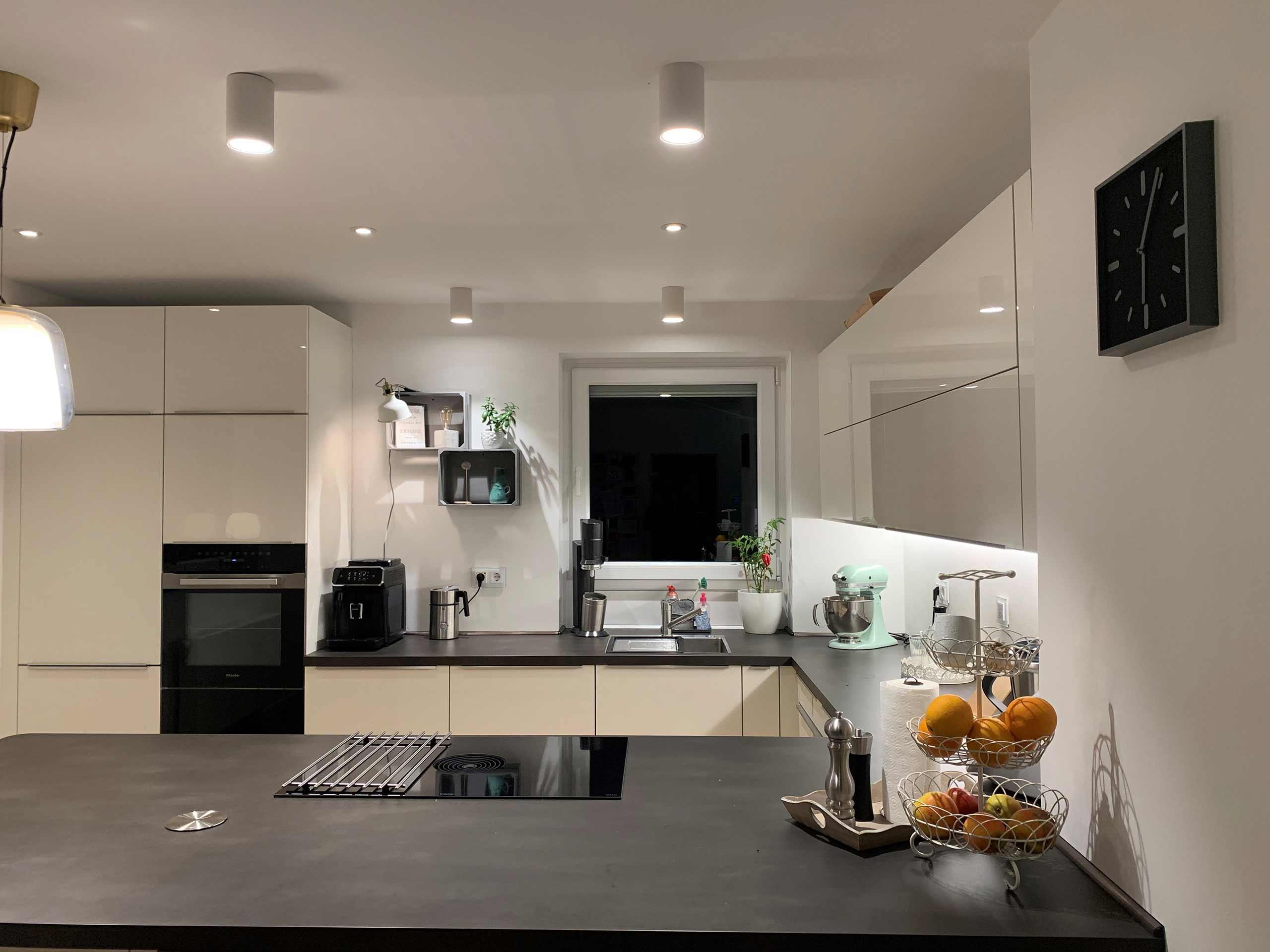 Aufbauleuchten und LED-Spots von Constaled in einer modernen Küche.