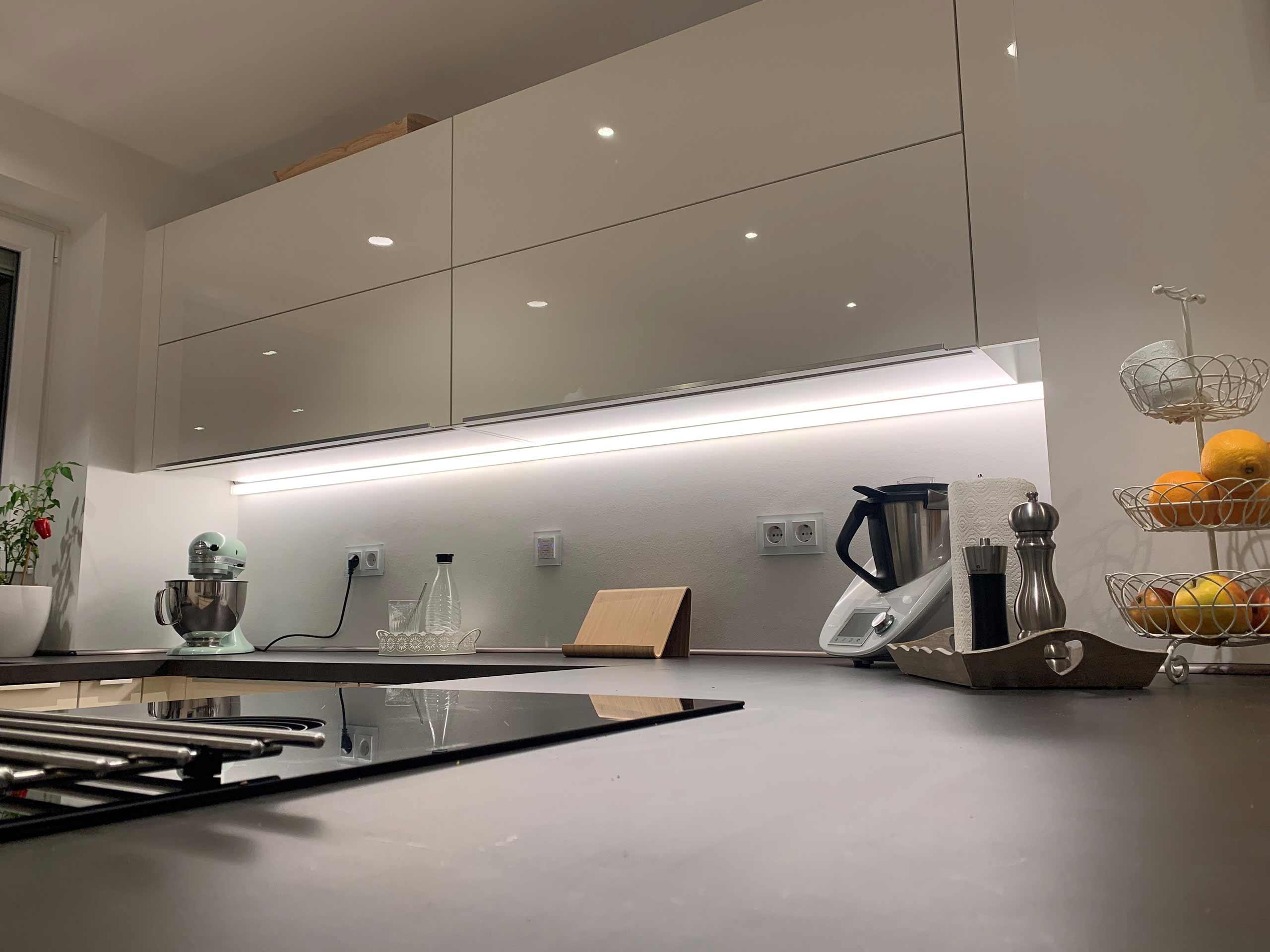 Die LED-Arbeitsflächenbeleuchtung in einer modernen Küche.